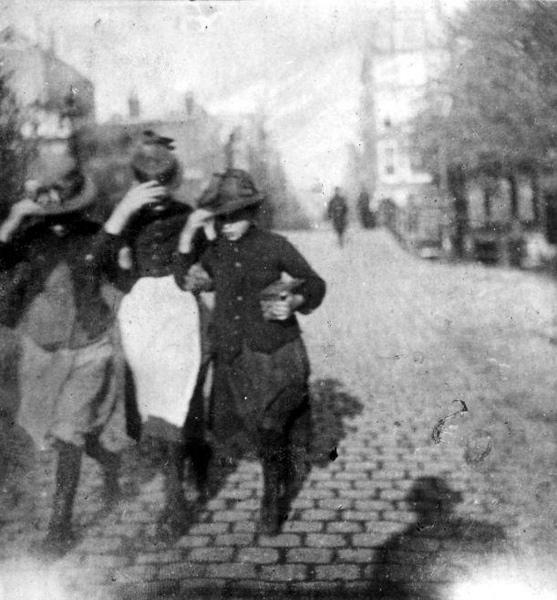 SFA001013309 G.H. Breitner [1857 - 1923] Nederlands schilder en fotograaf. Alhoewel geboren  in Rotterdam, legde Breitner in zijn carri鲥 veel Amsterdamse stadsgezichten  vast, zowel in de fotografie als in de schilderkunst. Hier drie Amsterdamse  dienstmeisjes lopend in de storm. Datum onbekend.