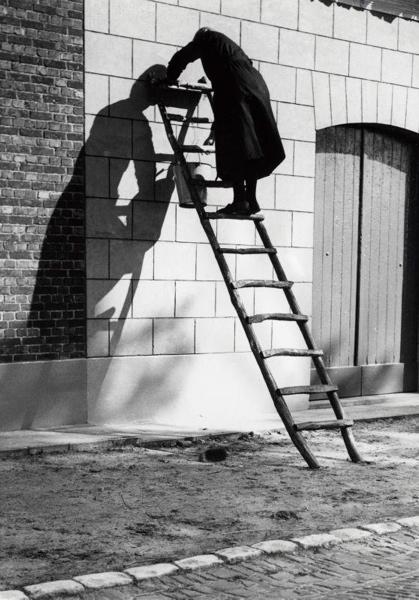 Muur met schaduw van een vrouw op een houten ladder. Putten, 21 oktober 1937.