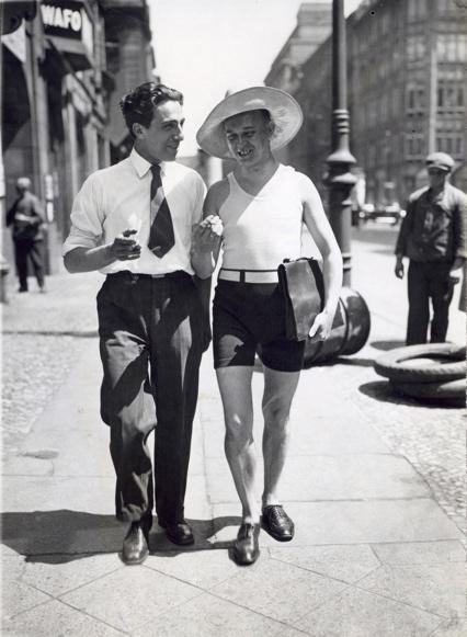 De hitte in Berlijn brengt badmode in het straatbeeld, 1930. Foto 2 Mode