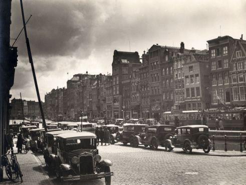 SFA003000291 Rokin in Amsterdam met geparkeerde automobielen en tram, voor de demping. [Omstreeks 1925 - 1930].
