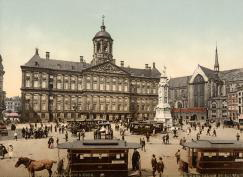 SFA003018010 Amsterdam in Photochrome, omstreeks 1900. Het Paleis op de Dam, de Nieuwe Kerk met een aantal paardentrams. Nederland, Amsterdam