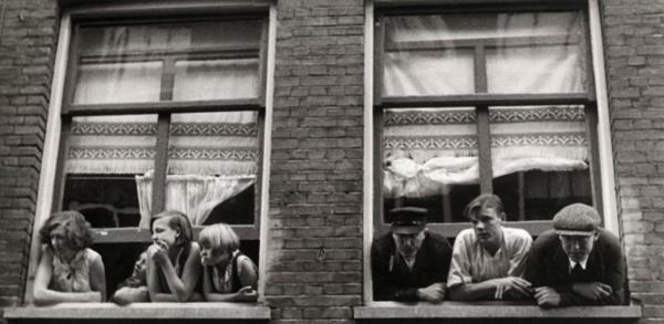 SFA022003502 Op 5 augustus 1932 overlijdt de schrijver Is Querido. Bij de onthulling van een gedenksteen in de  Eerste Goudsbloemdwarsstrtaat in de Jordaan in Amsterdam is er van de kant van de Jordanezen veel belangstelling.