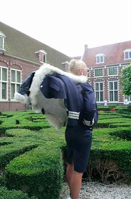 Catwalk Performance Hofdames in tuin Frans Hals Museum Haarlem. Pierre Antoine Vettorello. Samenstelling: Jedithja de Groot en Djinn Kwekkeboom