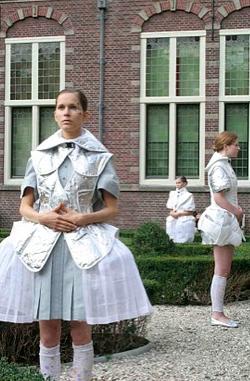 Catwalk Performance Hofdames in tuin Frans Hals Museum Haarlem. Takumi Yanazaki. Samenstelling: Jedithja de Groot en Djinn Kwekkeboom
