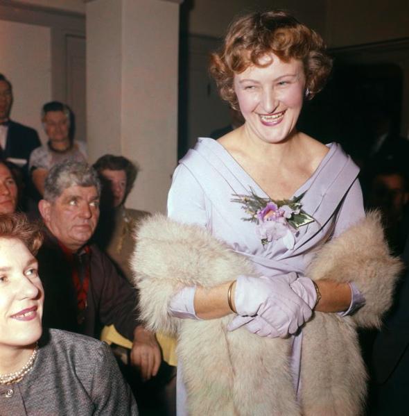 SFA002020434 Vrouwen. Uit talrijke deelneemsters is Miss Rosita [1960/1962] gekozen. Heet op de achtergrond kijkt wat argwanend! Plaats onbekend.