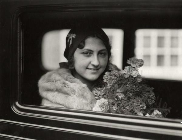 SFA022829047 Miss Holland verkiezing. Een van de prijzen: een Chevrolet personen auto wordt door de Chevrolet dealers uit Nederland en Belgi렡angeboden aan de nieuwe Miss Holland 1931, Mary Lelyveld uit Amsterdam. Foto: Miss Holland in haar nieuwe auto.