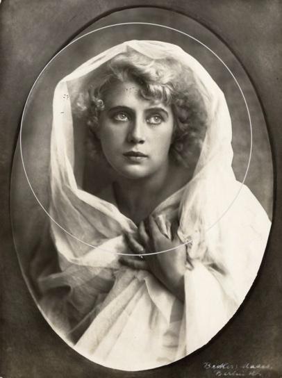 SFA022829126 Missverkiezingen. Portret van Herta Vernon, de nr. 3 van de Duitse deelneemsters aan het Internationaal Schoonheidsconcours. 1921. Duitsland