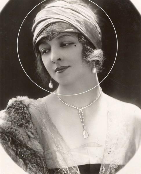 SFA022829130 Missverkiezingen. Portret van  de  nr. 4 van de franse  deelneemsters aan het Internationaal Schoonheidsconcours. 1921. Frankrijk