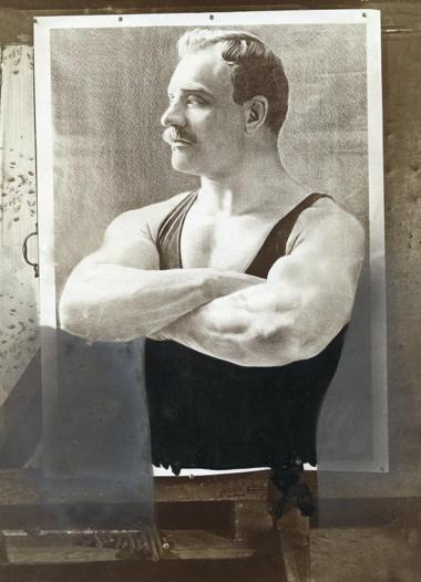 Worstelen, historie. De bekende Nederlandse worstel-kampioen Dirk van den Berg.
