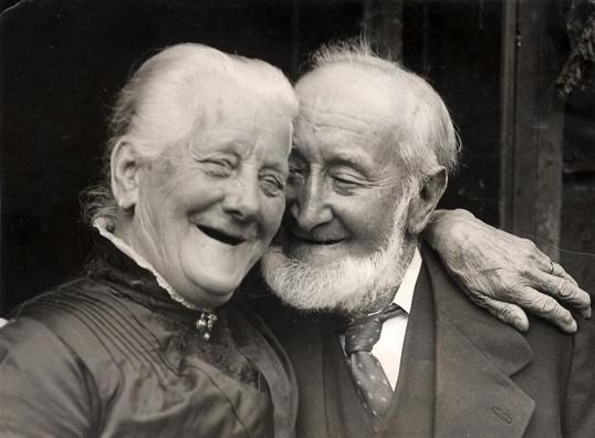 Lachend echtpaar op hun diamanten bruiloft. Zestig jaar samen. Engeland, 1926.