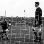 Voetbal. Wereldkampioenschap (WK).WK-Kwalificatiewedstrijd Hongarije-Nederland (uitslag 3-3). De Hongaar kan wel door de grond zakken, na een levensgrote kans gemist te hebben, rechts keeper Eddie Pieters-Graafland en geheel rechts Cor van der Gijp. Boedapest 22 oktober 1961.