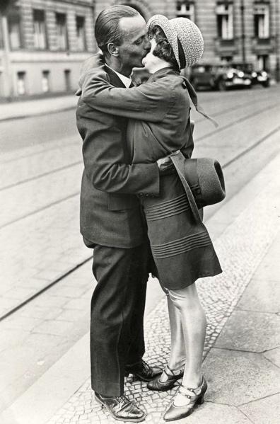 Kussend/zoenend stel op straat. Plaats onbekend [Berlijn], 1929.