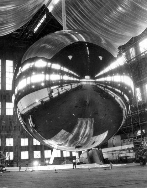 Meetballon: Proefinflatie van ballon om geodetische metingen mee te verrichten.  Lakehurst, 14 augustus 1965. SFA001019005