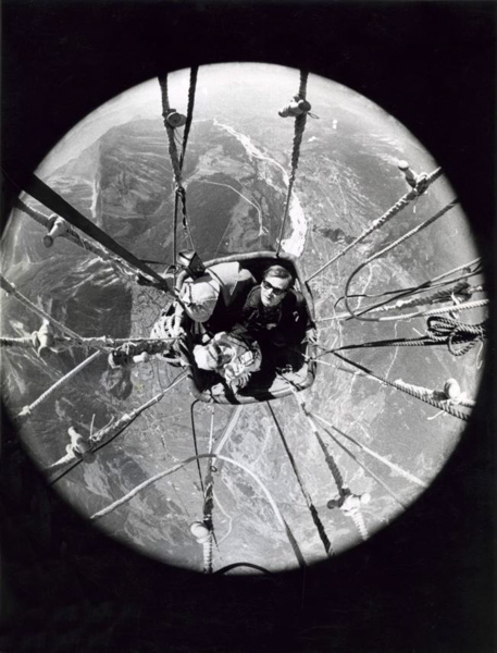 Door camera met een fish-eye-lens in de ballon genomen foto van  ballonvaarders David Davies, Jonathan Strouth en Nini Boesman in hun mand als  ze boven het vierlandenpunt van de Alpen hangen, 20 augustus 1965. SFA002012530
