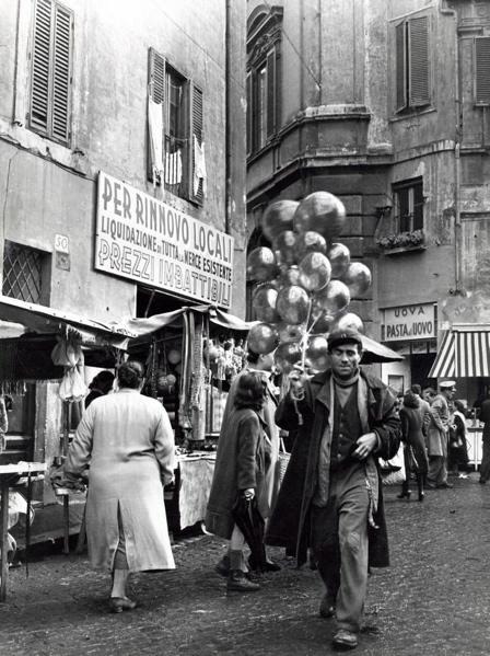 De ballonnenverkoper op de markt aan de Campo de Fiore te Rome, Italië, 1950. SFA008002606