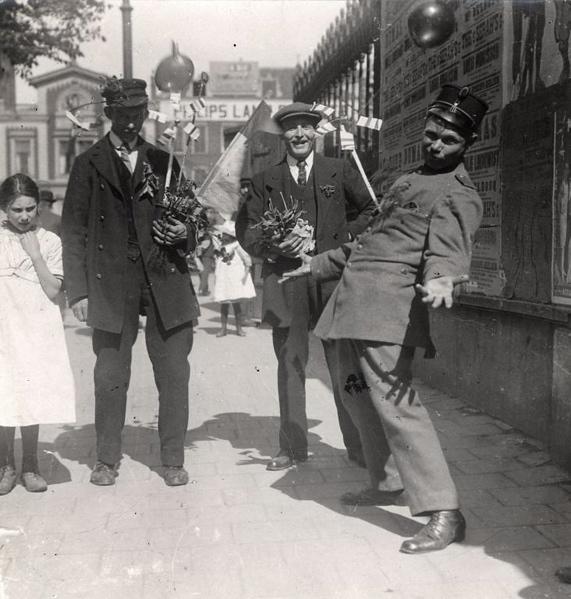 Pinksteren. Pinksterdrie te Rotterdam, Nederland 1918. Foto: Pinksterdrie: dag van pret en jolijt, met molens en ratels en luchtballonnen en ... bloemen. SFA022816556