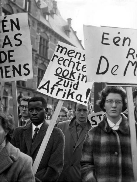 Demonstratie tegen apartheid in Zuid-Afrika, Den Haag, Nederland 3 april 1960.