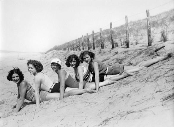 SFA002004386. Badmode. Meisjes in verschillende badpakken/strand pakken poseren aan de rand van de duinen. Plaats onbekend periode 1930 - 1935.