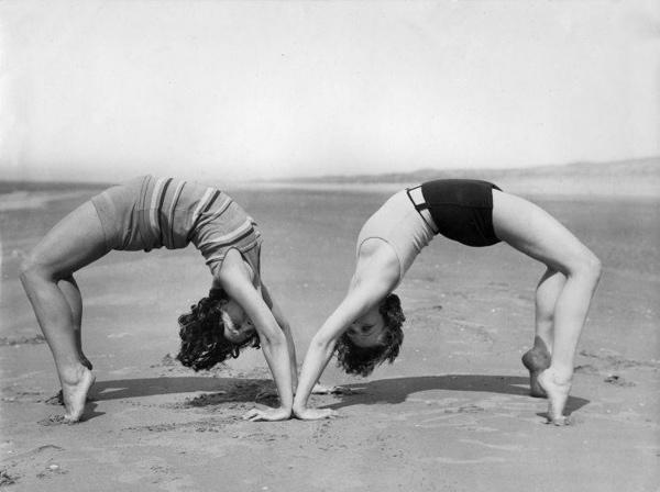 SFA001018315 Twee lenige dames op het strand doen handstand achterover. Verenigde Staten,  datum onbekend [voor 1941].
