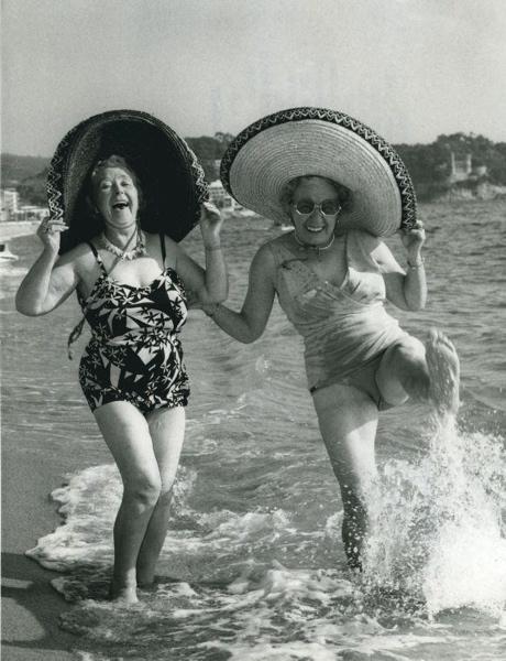 SFA005000285 Vijftienduizend gepensioneerden zullen dit jaar de winter doorbrengen aan de Costa Brava, op Ibiza of Mallorca. Foto toont: twee Britse gepensioneerde dames met enorme strohoeden baden pootje in de Middelandse Zee. 8 november 1971.