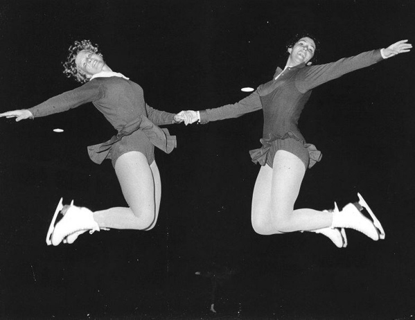SFA222006156 Schaatsen, Kunstrijden / Schoonrijden: De kunstrijdsters Sjoukje Dijkstra en Joan Haanappel maken een duosprong tijdens de training op de Richmond Ice Rink. Engeland, Londen, 15 oktober 1956.