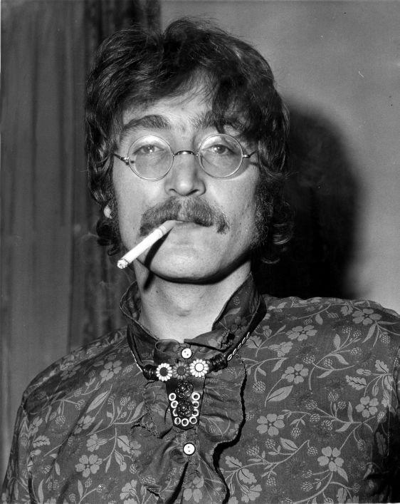 SFA001006191 John Lennon, gitarist van de Britse popgroep The Beatles, bij de aankondiging van het uitbrengen van een nieuwe langspeelplaat/elpee/LP