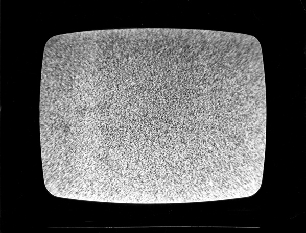 Groot televisiescherm met sneeuw (ruis). Jaartal onbekend.