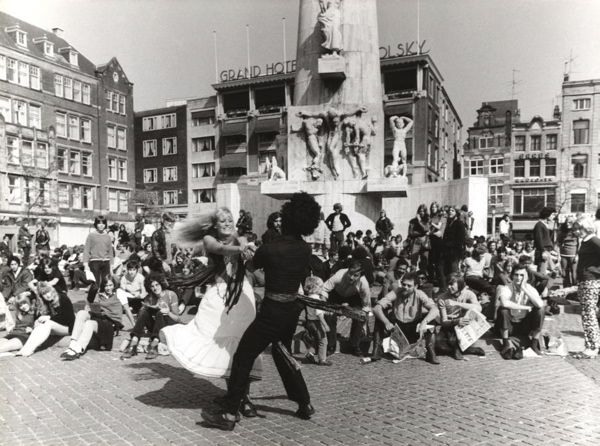 Hippies op de Dam voor het Nationaal Monument te Amsterdam. Nederland. 1970.