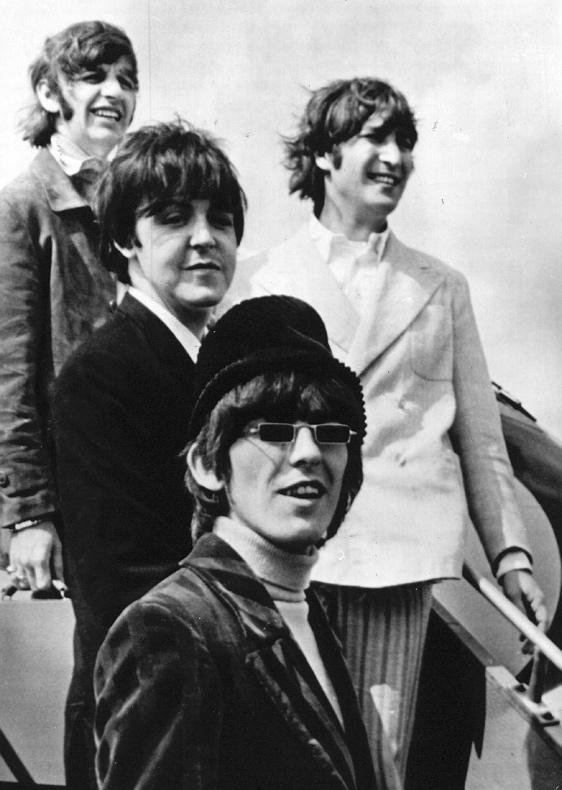 SFA222006916 De beroemde Engelse beat groep The Beatles hier op de vliegtuigtrap op het Londense vliegveld vlak voor hun vertrek naar Munchen. Behalve in Muenchen zullen de Beatles die drie dagen in Duitsland zullen blijven ook optreden in Essen en Hamburg. 23-06-1966
