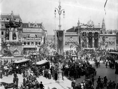 SFA001003028 De schitterend versierde Dam in Amsterdam ter gelegenheid van de troonsbestijging van Koningin Wilhelmina op 6 september 1898.