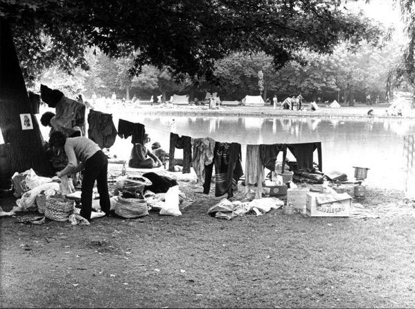 SFA001004852 Hippies hangen kleding aan een waslijn in het Amsterdamse Vondelpark. Aan de overkant van het water staan zelfs tenten, circa 1972.