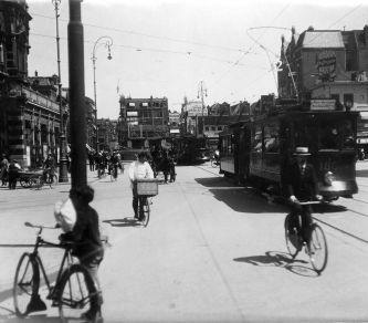 SFA001005880 Het gevaarlijke kruispunt Leidseplein-Marnixstraat in Amsterdam met trams, fietsen (oa. bakkersknecht of slagersknecht op een transportfiets) en paard en wagen, 1920.