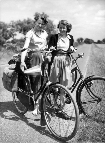 SFA001016438. Toerisme, trekkers per fiets. Jonge Nederlandse toeristen op fietsvakantie in Zuid-Engeland. 24 juni 1952.