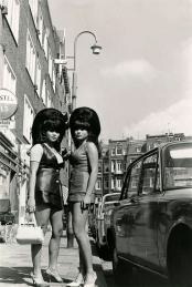 SFA002028415 Twee jonge vrouwen met extreme suikerspin-kapsels (beehives) en minirokken, Amsterdam, Nederland, 1968.