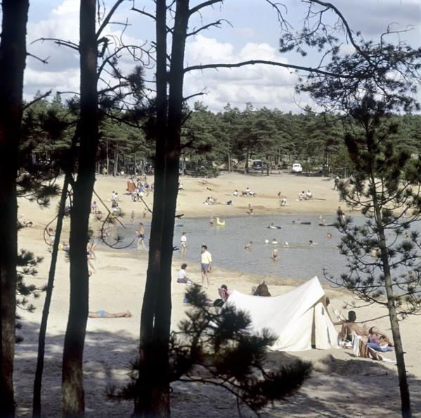 Kamperen en spelen in het water van een meertje. 1964, plaats onbekend