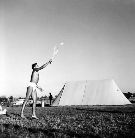 SFA006007843. Kamperen. Jongen speelt badminton op de camping. Nederland, augustus 1959.