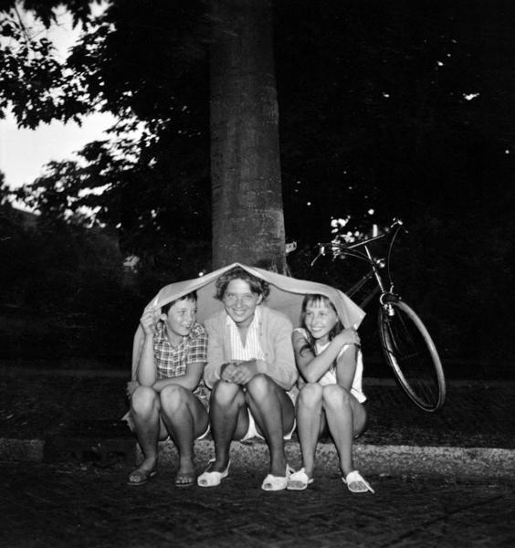 SFA006007856. Kamperen. Schuilen op de camping voor het slechte weer. Nederland, augustus 1958.