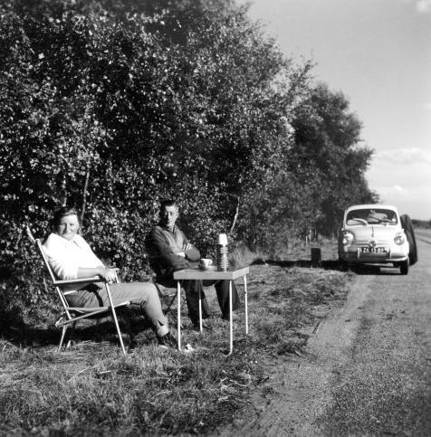 SFA006007896. Bermtoerisme in de omgeving van Breda. Op de achtergrond een Fiat 500. Nederland, juni-juli 1961