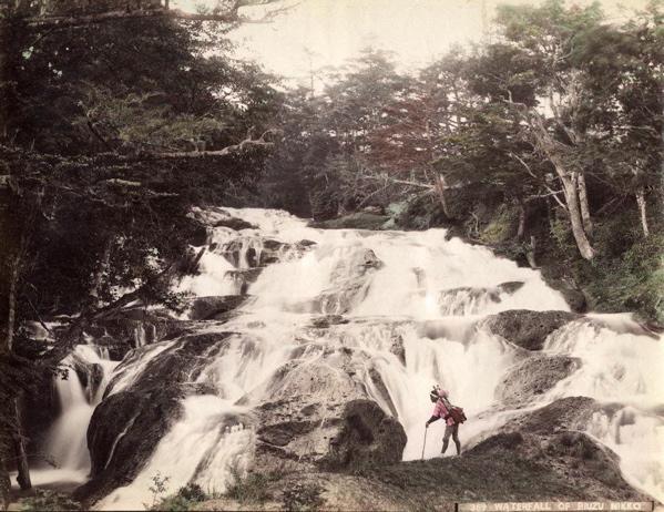 Waterval in Japan. Met de hand gekleurde albumine uit de 19e eeuw. foto 6 Japan