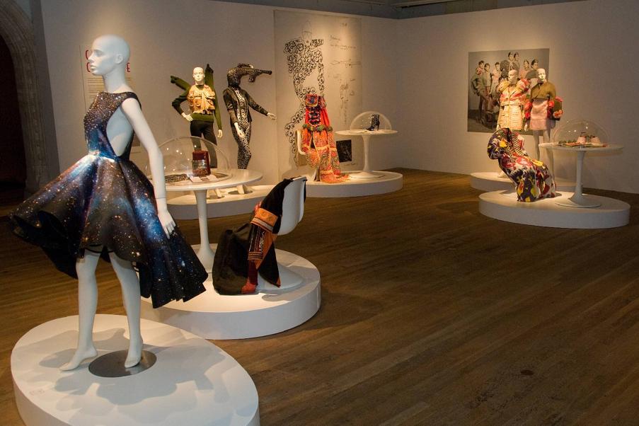 Cultuur Couture I Tropenmuseum. Ontwerpers modeacademie Antwerpen: Setareh Mohtarez, Pierre Antoine Vettorello, Izumi Hongo, Matthieu Thouvenot. Curatoren: Jedithja de Groot en Djinn Kwekkeboom.