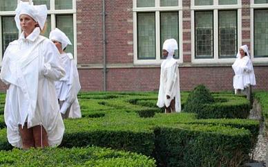 Catwalk Performance Hofdames in tuin Frans Hals Museum Haarlem. Laure Lamborelle. Samenstelling: Jedithja de Groot en Djinn Kwekkeboom