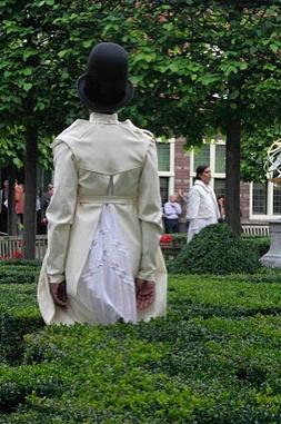 Catwalk Performance Hofdames in tuin Frans Hals Museum Haarlem. Leonneke Derksen. Samenstelling: Jedithja de Groot en Djinn Kwekkeboom