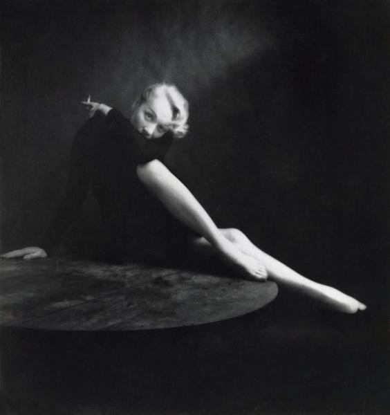 Marlene Dietrich filmactrice in stijlvolle pose, met sigaret, plaats en jaartal niet vermeld.