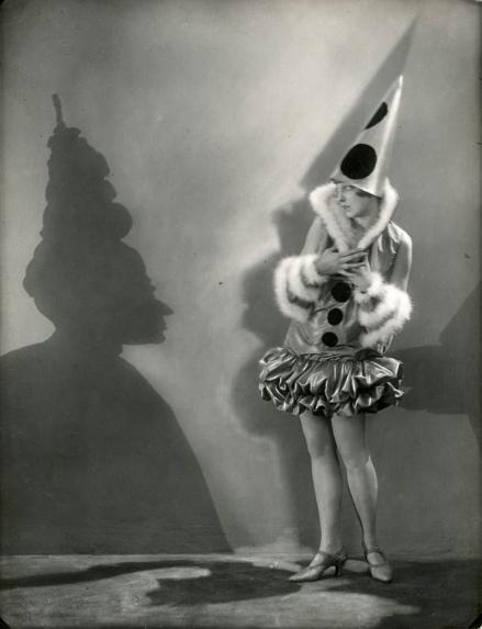 Carnaval. Een Pierrette met haar schaduwbeeld. Foto 1928.