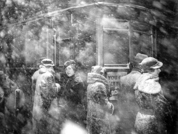 Wachten op de tram tijdens een sneeuwstorm in Chicago, 10 december 1934.