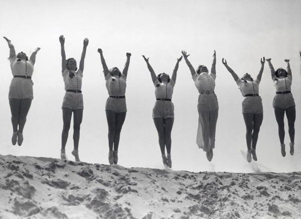 SFA002019360 Sporten op naam, turnen. Miss Jessie Greenwood, kampioene van de grote Engelse gymnastiekkampioenschappen van 1931 en 1932, heeft een gymnastiekschool aan het strand van Bootle in Lancashire geopend. Foto: enkele leerlingen bij het uitvoeren van hun gymnastische oefeningen op het strand. Datum onbekend [1932-1940].
