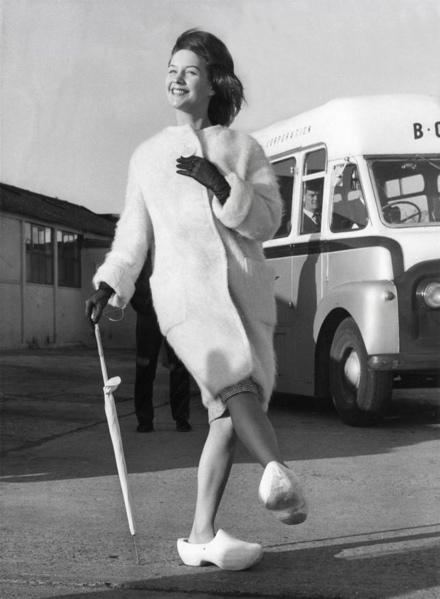 SFA002019609 Miss Holland, Carina Verbeek, bij aankomst op Londen Airport heeft een witte bontjas en klompen aan. Londen, Engeland, 2 november 1960.