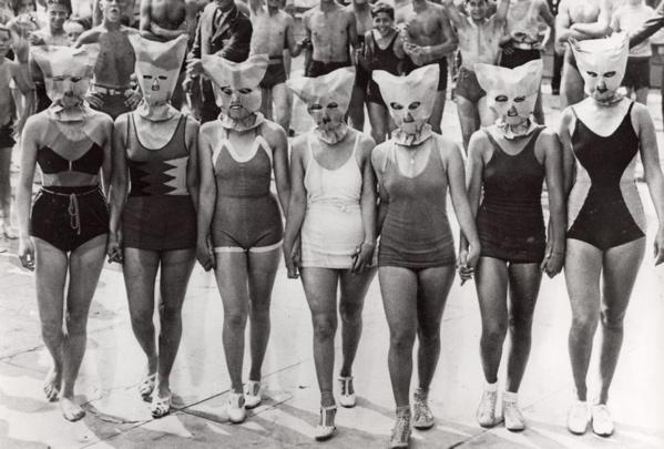 SFA022828954 Missverkiezingen, schoonheidswedstrijden. 7 Dames in badpak op een rij. In Coney Island vond schoonheidswedstrijd plaats waarin alleen gelet werd op het lichaam, daaraom werd het hoofd afgedekt met een masker. USA, Coney Island, 1935.