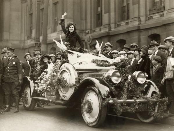 SFA022829065 Miss-verkiezingen.  De winnares van de Miss America verkiezing 1924  laat zich toejuichen, staande in een versierde auto in haar woonplaats.  Philadelphia, USA, 1924