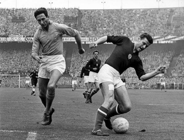 Voetbal. Wereldkampioenschap (WK) 1962 in Chili. WK-Kwalificatiewedstrijd Nederland-Hongarije (uitslag 0-3). Faas Wilkes door een Hongaarse verdediger afgetroefd. Rotterdam 30 april 1961.
